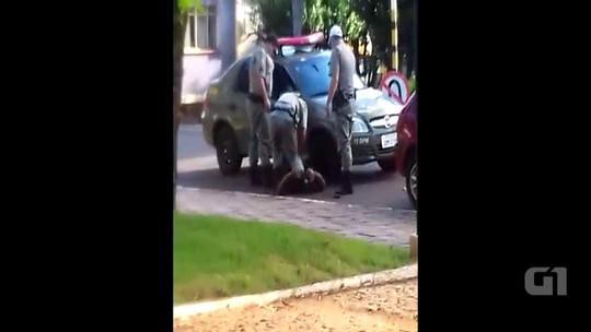 Homem leva choque ao ser rendido por três PMs no RS; assista ao vídeo