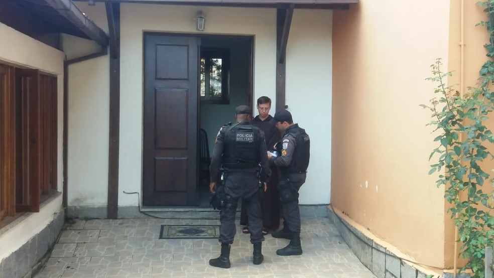 Policiais militares estiveram no local e ajudaram a isolar a área de igreja invadida durante a madrugada em Teresópolis, no RJ — Foto: Divulgação/30ºBPM