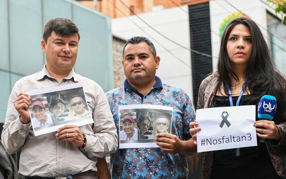 -  Jornalistas colombianos reunidos na porta da embaixada equatoriana em Bogotá protestam contra a morte de Javier Ortega, Paul Rivas e Efrair Segarra,