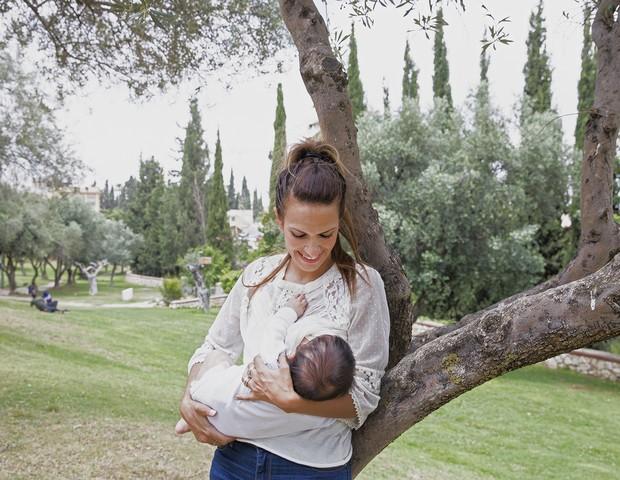 Mali, em Israel, amamenta o filho num parque (Foto: Tina Boyadjieva )
