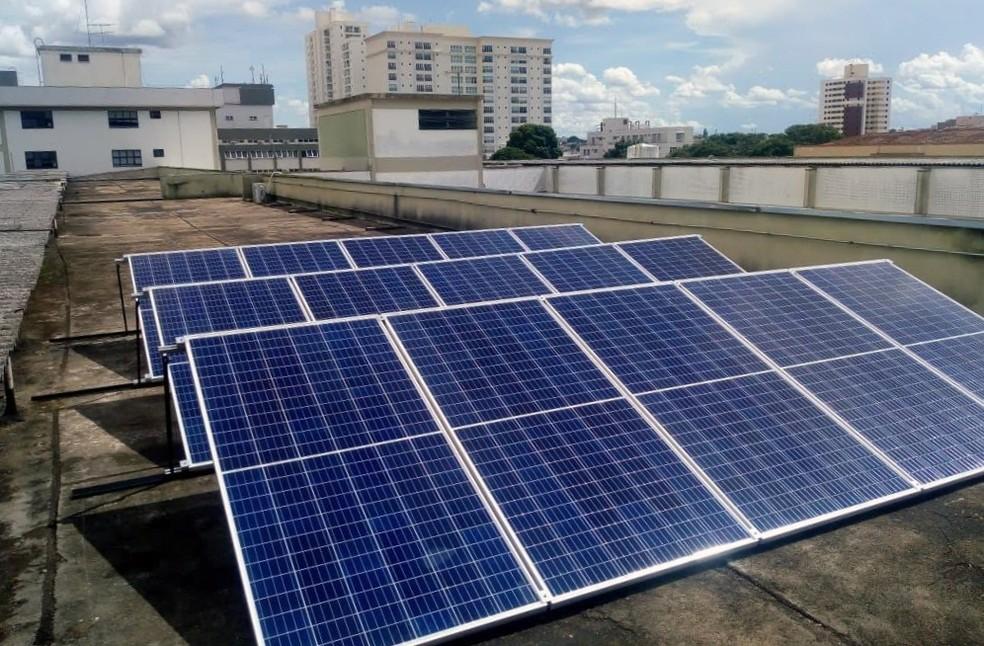 Placas fotovoltaicas têm 25 anos de garantia e foram instaladas em uma área de laje impermeabilizada  — Foto: Setor de Infraestrutura Física HC-UFTM/Divulgação
