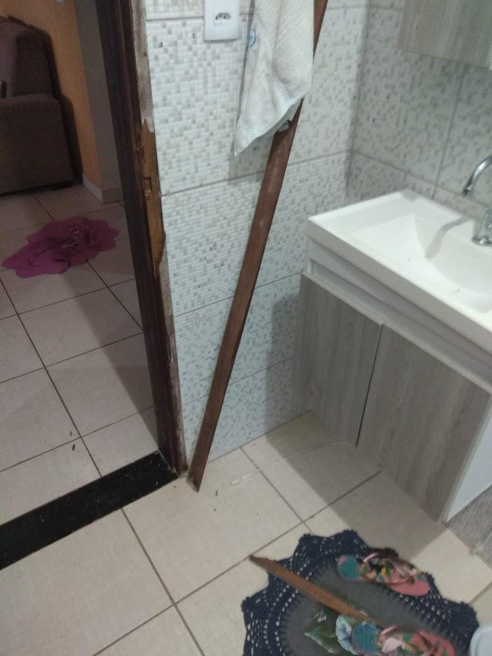 Casa do suspeito foi arrombada no momento da prisão em Santo Expedito — Foto: Sílvia Duarte de Oliveira Couto/Cedida