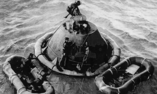 Mergulhadores usam cápsula simulada para treinar resgate da Apolo 11, que cairia no Pacífico após voltar da Lua