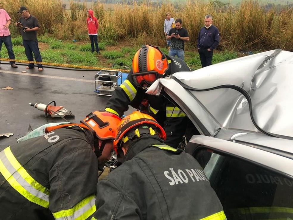 Bombeiros fizeram o resgate do acidente entre um carro e um caminhão em rodovia de Olímpia (SP) — Foto: Olimpia24horas/Divulgação
