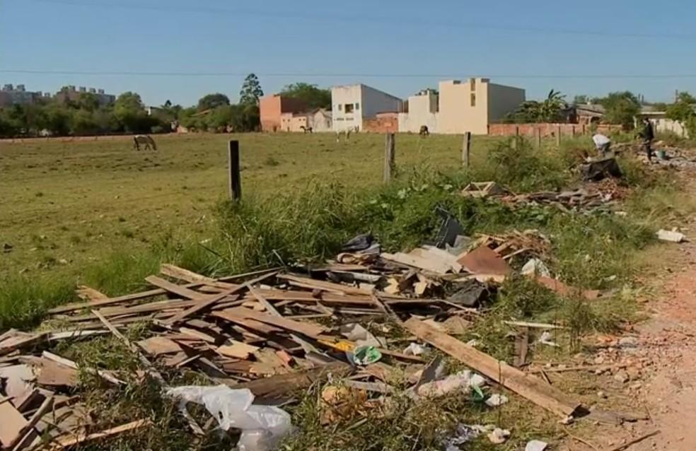 Local onde os medicamentos foram descartados em Santa Maria (Foto: Reprodução/RBS TV)