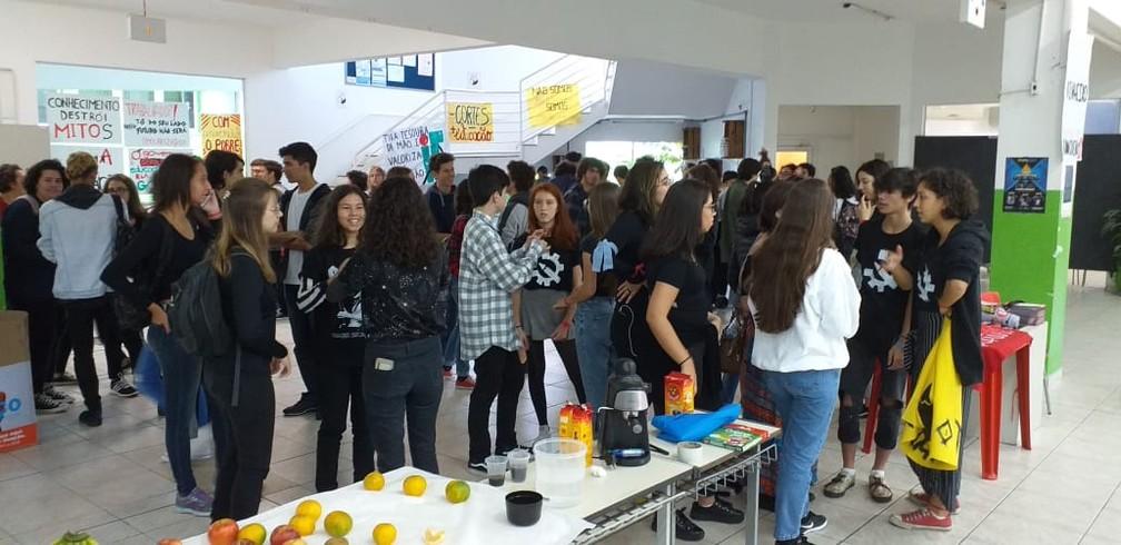 Estudantes, professores e servidores participaram de um café da manhã no IFSC de Florianópolis — Foto: Júlio Ettore/NSC TV
