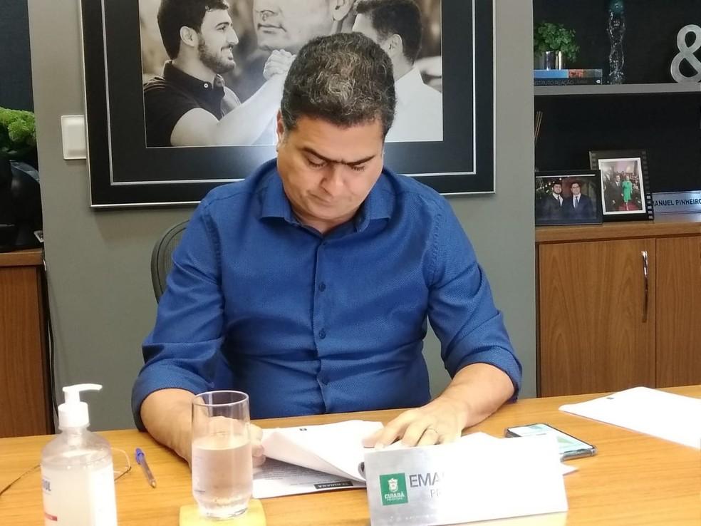 Prefeito Emanuel Pinheiro sanciona lei que estabelece benefício — Foto: Prefeitura de Cuiabá