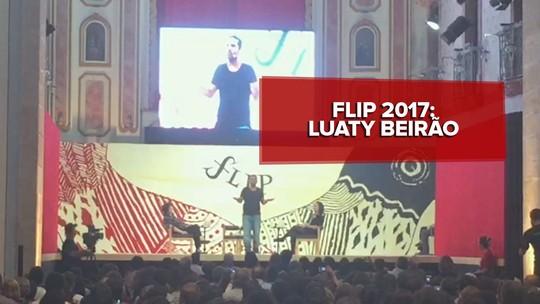 Luaty Beirão canta rap na Flip em mesa com freira escritora 'meio fraca do juízo'