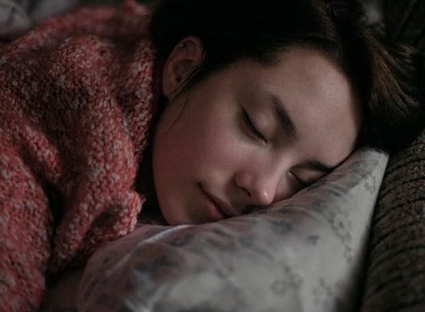 Você é daquelas pessoas que já deita pensando em quanto tempo tem para dormir e não consegue relaxar? Experimente a técnica de respiração 4-7-8 (Foto: Getty Images)