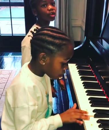 Estere e Stella ao piano (Foto: Reprodução / Instagram)