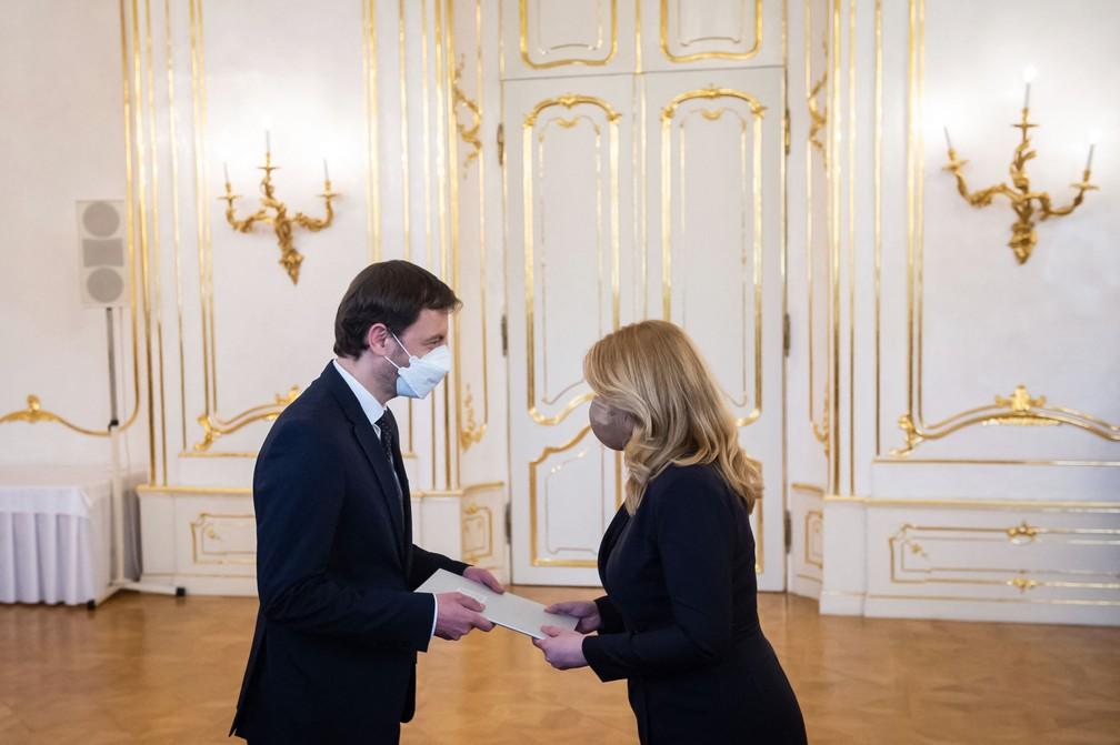 Eduard Heger recebe da presidente Zuzana Caputova designação oficial para assumir o cargo de primeiro-ministro da Eslováquia nesta terça (30) — Foto: Vladimir Simicek/AFP