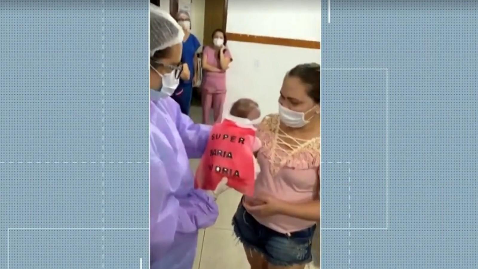 Bebê de um mês recebe alta após se recuperar da Covid-19 em maternidade de João Pessoa