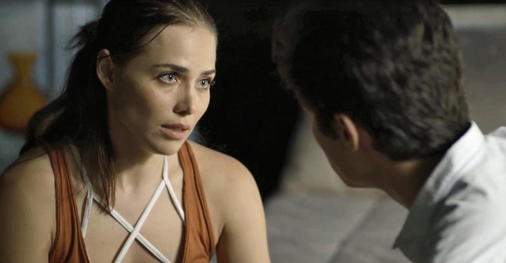 Rosa sofre um verdadeiro bombardeio de perguntas de Valentim  (Foto: TV Globo)