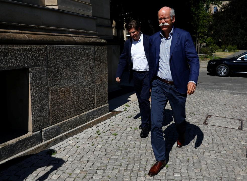 Presidente da Daimler, Dieter Zetsche, chega para encontro com ministro dos Transportes (Foto: Michele Tantussi/Reuters)