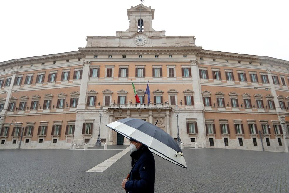 Palácio Montecitorio, sede da Câmara da Itália, diante de praça quase vazia em Roma por causa da pandemia do coronavírus, em foto de 9 de fevereiro — Foto: Yara Nardi/Reuters