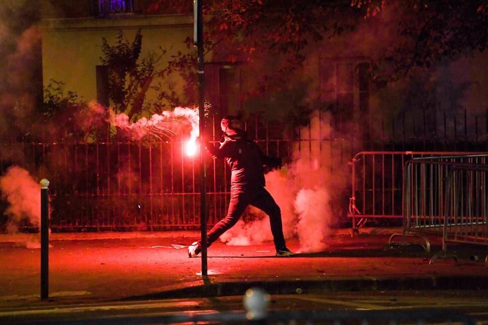 Torcedores do PSG entraram em confrontos com policiais — Foto: AFP