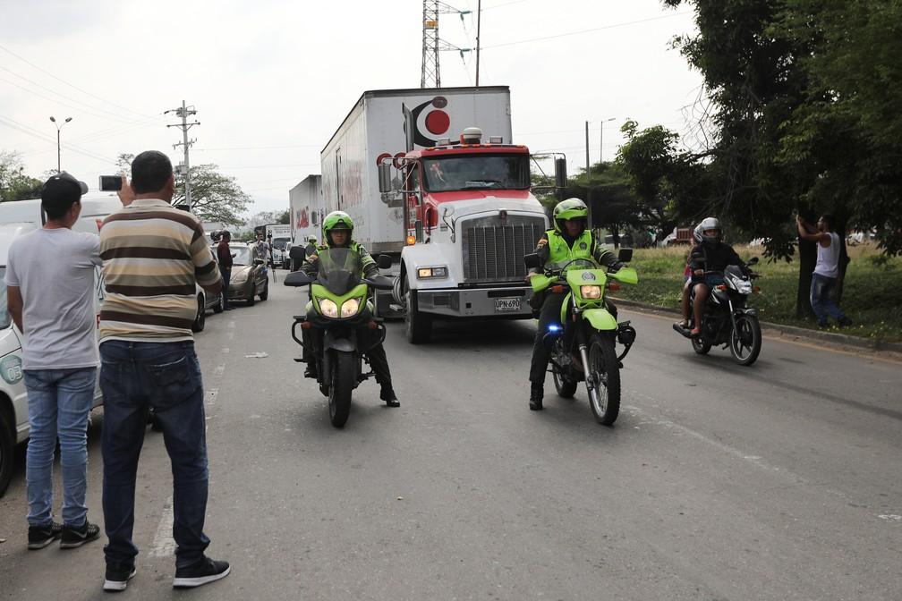 Caminhão com ajuda humanitária chega sob escolta à fronteira da Colômbia com a Venezuela — Foto: Luisa Gonzalez/Reuters
