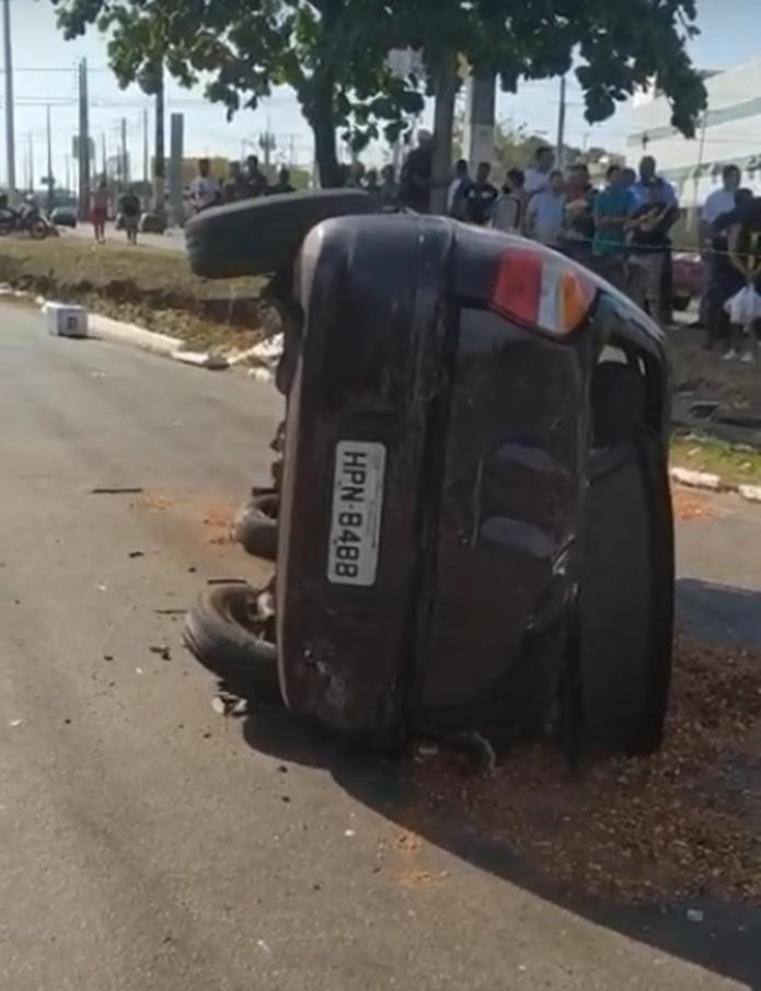 Carro com quatro ocupantes capotou por conta da força da colisão. — Foto: Reprodução/Redes Sociais