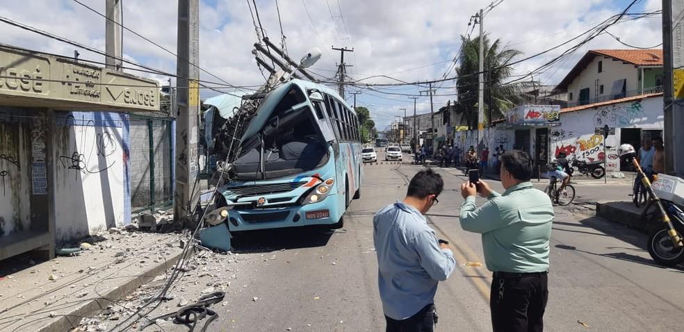 O ônibus ficou parcialmente destruído após colidir em poste em Fortaleza. — Foto: Leabém Monteiro/SVM