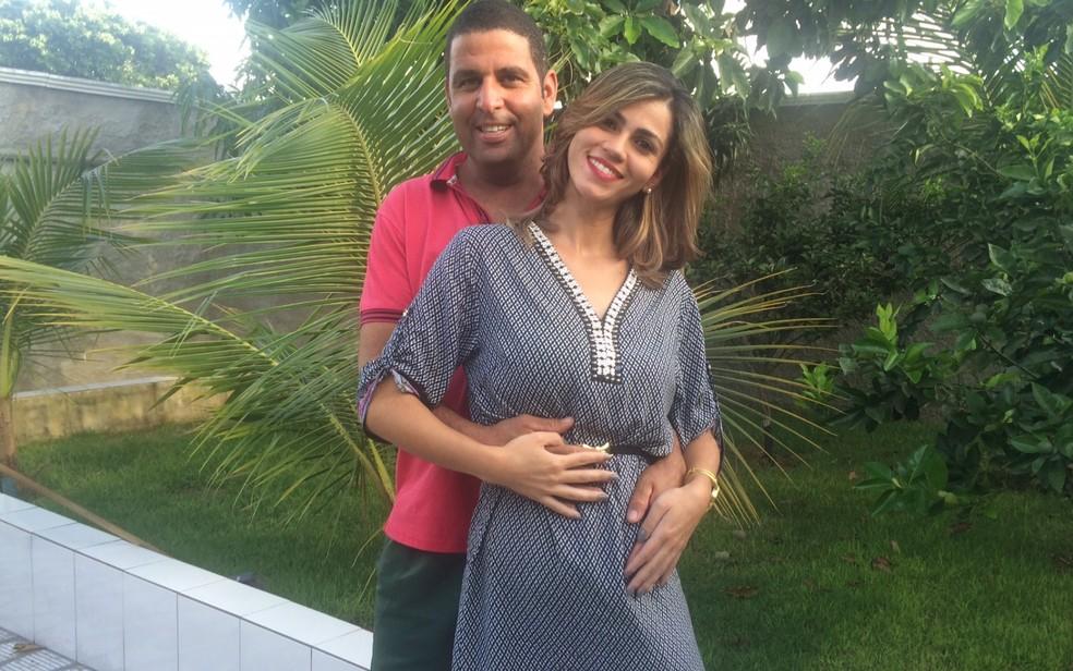 Carla e o marido, Luciano, celebraram gravidez natural de quíntuplos (Foto: Sílvio Túlio/G1)