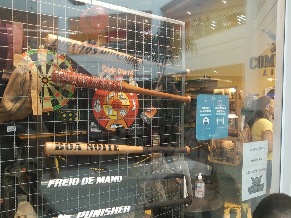 Loja retira de vitrine tacos de beisebol com inscrição 'direitos humanos' após ser notificada por shopping em Bauru — Foto: Sérgio Pais/G1