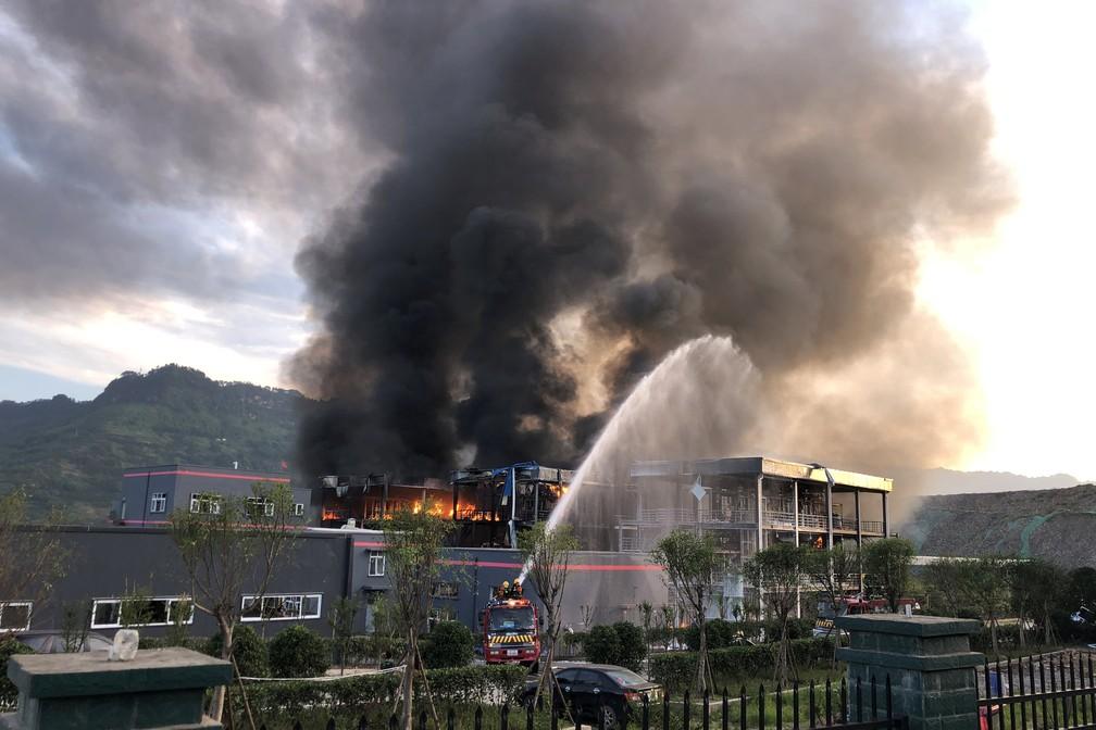 -  Bombeiros trabalham em incêndio causado após explosão em fábrica química em Yibin, na China  Foto: China Daily via Reuters