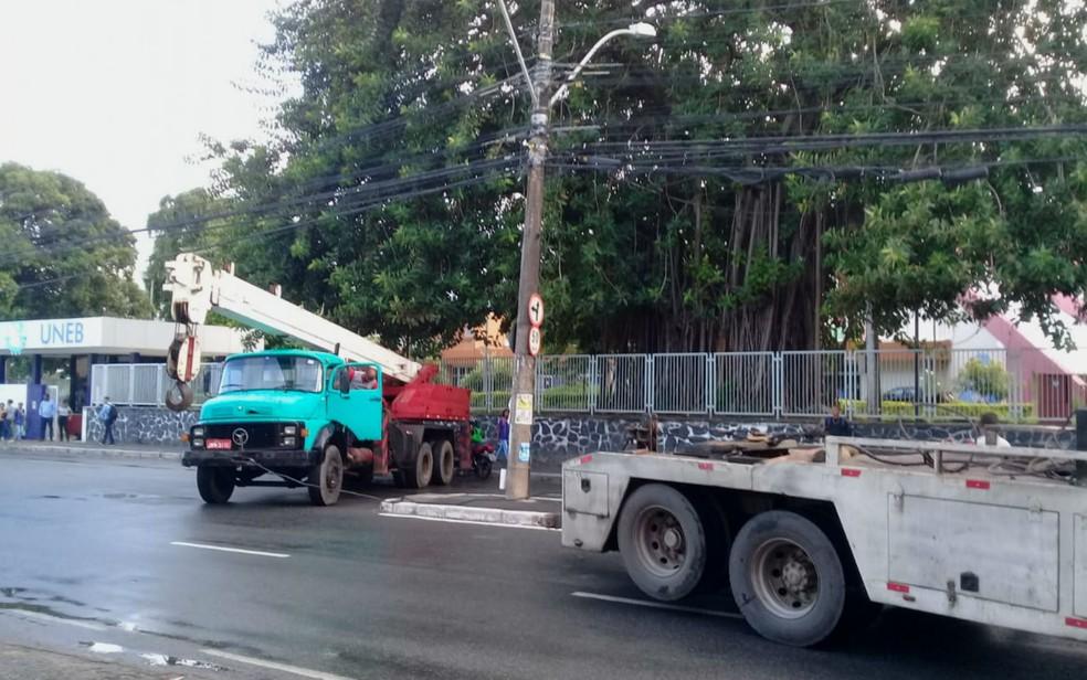 Caminhão guincho quebrou e bloqueia rua no bairro do Cabula, em Salvador â?? Foto: Cid Vaz/TV Bahia