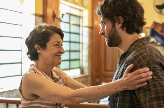 Andrea Dantas e Chay Suede gravam cena de 'Amor de mãe' (Foto: Reprodução)
