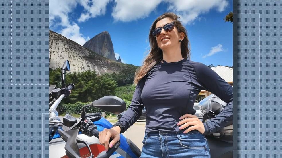 Andressa Casotto, de 39 anos, pilotava moto atingida por carro desgovernado — Foto: Reprodução/TV Gazeta