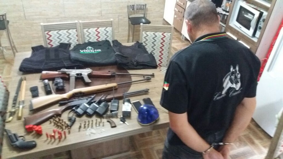Armas apreendidas pela polícia em ação realizada na noite de domingo (25) (Foto: Divulgação/Polícia Civil)