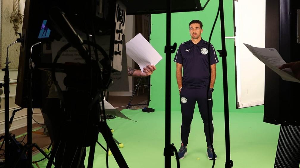 Abel Ferreira durante sessão de fotos no Palmeiras — Foto: Cesar Greco\Palmeiras