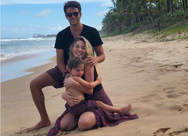 Luma Costa e o marido, Leonardo Martins, com o filho, Antônio (Foto: Reprodução/Instagram)