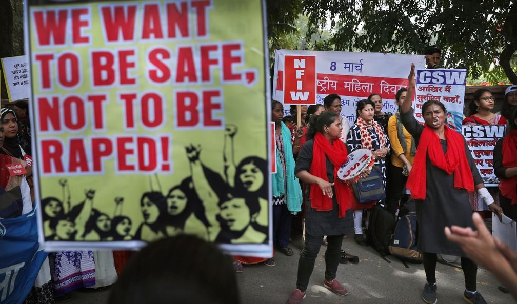 Indianas fazem protesto contra violência doméstica e ataques sexuais em Nova Déli, na Índia, nesta sexta-feira (8), Dia da Mulher  — Foto: Manish Swarup/ AP