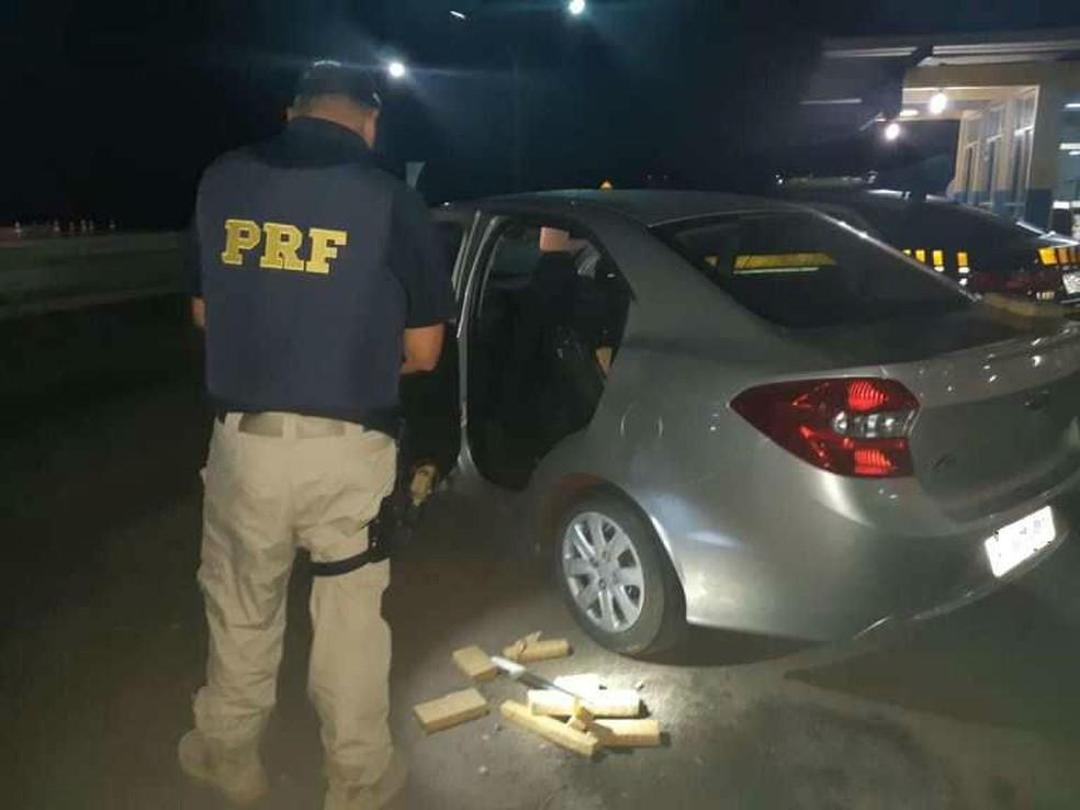 Casal foi pago para transportar drogas do Paraguai para a cidade de Pernambuco.  — Foto: Polícia Rodoviária Federal