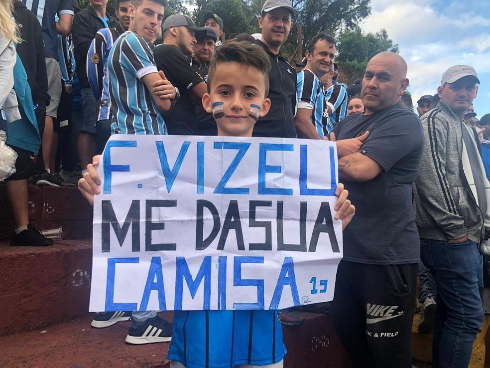Pedro Henrique pede a camisa de Felipe Vizeu em cartaz... — Foto: Tiago Cirqueira