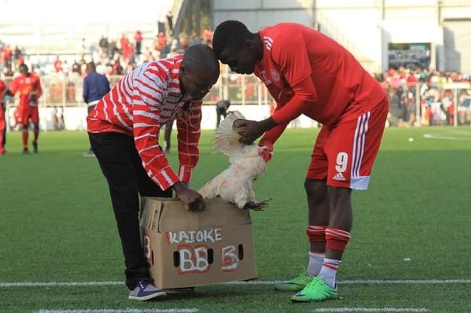 Atacante é eleito o melhor do jogo no Malaui e leva um galo viva como troféu