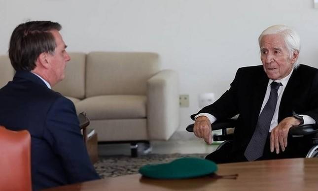 O presidente Jair Bolsonaro recebe o major Curió no Planalto