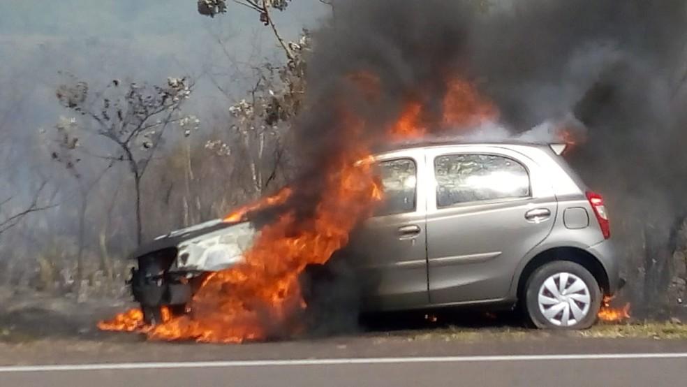 Incêndio destruiu carro no Balneário Laranja Doce, em Martinópolis — Foto: Compdec