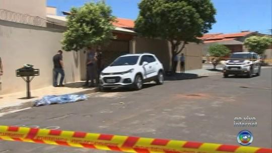 Mulher é morta a tiros na rua por criminoso dentro de carro em Rio Preto