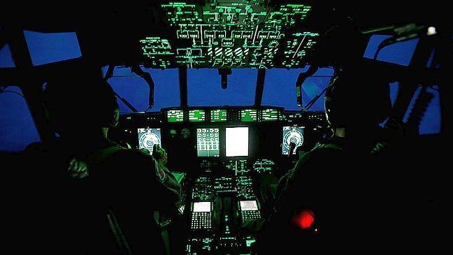 """Avião WC-130J Super Hércules, do 53º esquadrão de reconhecimento meteorológico da Força Aérea Americana, conhecido como """"Caçadores de furacões"""", voa pelo olho do furacão Irma à medida que se aproxima da Flórida (Foto: Kevin Lamarque / Reuters / Estadão)"""