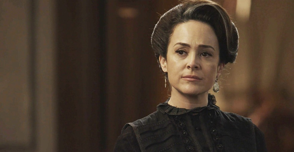 Julieta fica com o semblante nublado ao saber sobre o retorno de Lady ao Vale (Foto: TV Globo)