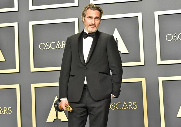 "HOLLYWOOD, CALIFORNIA - FEBRUARY 09: Joaquin Phoenix, winner of the Actor in a Leading Role award for ""Joker,"" poses in the press room during the 92nd Annual Academy Awards at Hollywood and Highland on February 09, 2020 in Hollywood, California. (Photo by (Foto: FilmMagic)"