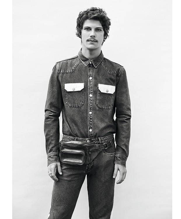 Camisa Calvin Klein Jeans, R$ 499. Calça Burberry, R$ 1.395.  Pochete Brechó Minha Avó Tinha, R$ 120 (o aluguel) (Foto: Rodrigo Bueno (SD MGMT))