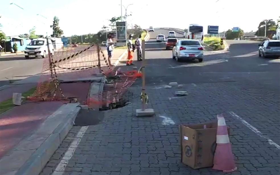 Cratera fica na Avenida São Cristóvão, no bairro de mesmo nome — Foto: Reprodução/TV Bahia