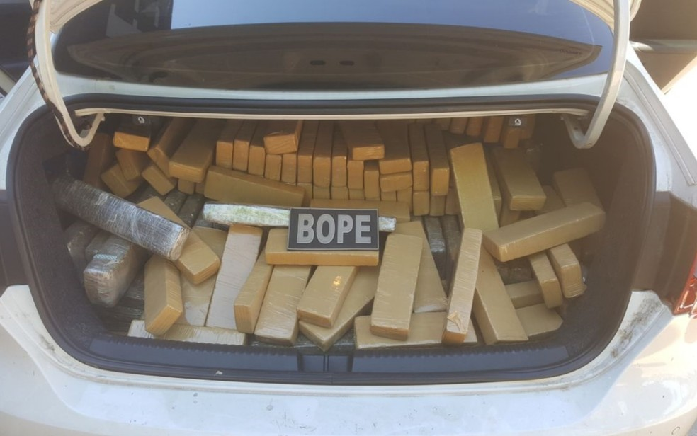Droga estava dentro de um carro, que foi apreeendido; um homem foi preso (Foto: Divulgação/Bope)