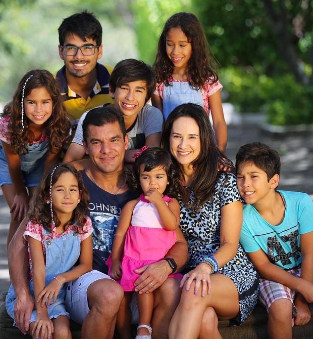 Julyana Mendes com os sete filhos (Foto: Reprodução Instagram)
