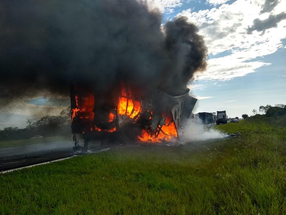 Incêndio destrói carreta na Rodovia Castello Branco  — Foto: Arquivo Pessoal