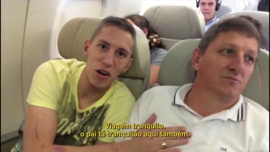 Em 1º voo comercial após tragédia, Neto e Follmann têm reações distintas