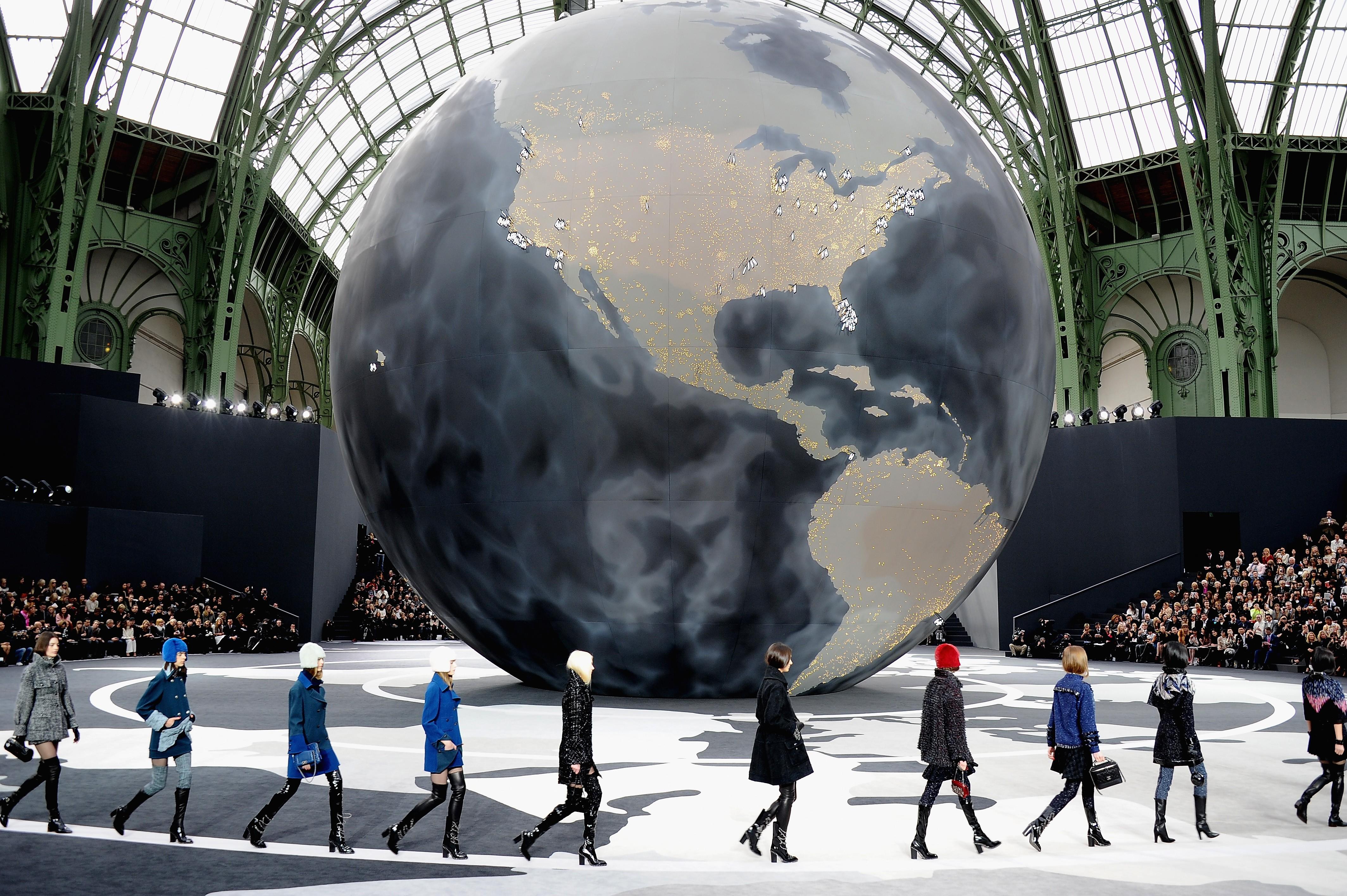 Cenário global do desfile de inverno 2013 da Chanel, no Grand Palais (Foto: Getty Images)