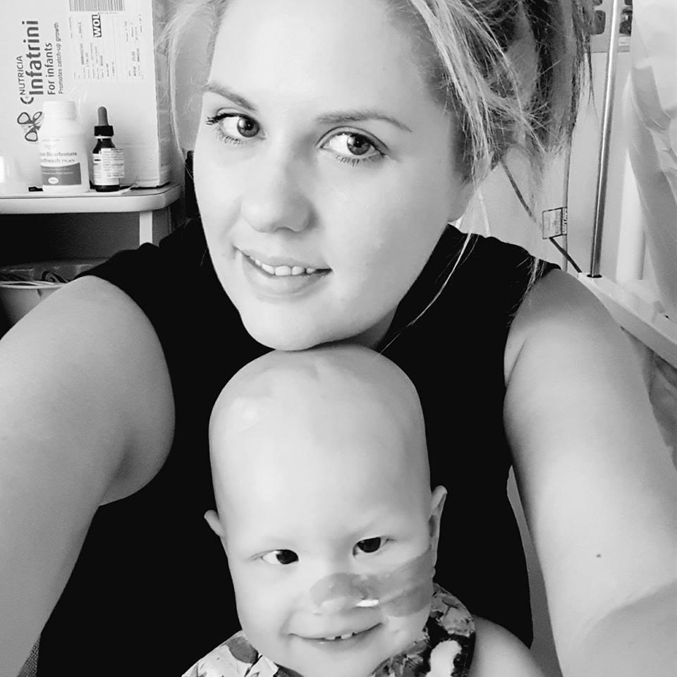 A menina e sua mãe (Foto: Reprodução/ Facebook)